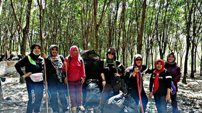 Komunitas  Jurus Sehat Rame-rame (JSR) mendaki bukit dan membersihkan sampah di bukit yang telah didaki