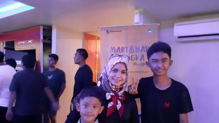 Istri Pemeran Pak Hamzah Film Martabak Bangka Ikut Nonton Bareng