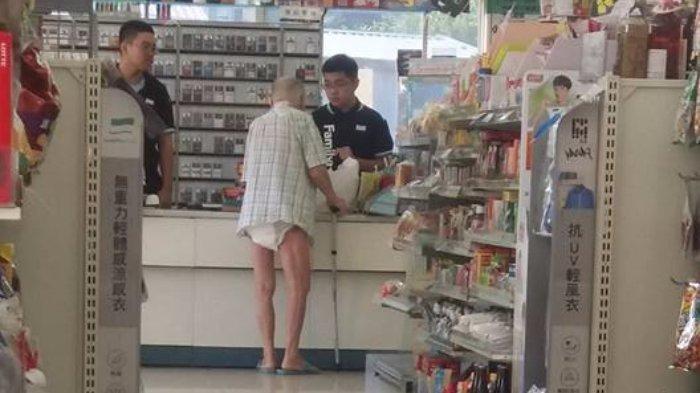 Kakek penderita alzheimer mengenakan popok saat belanja di supermarket.