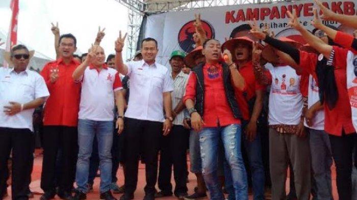 IRT, Nelayan dan PKL Tiba-tiba Naik Ke Panggung Saat Kampanye Akbar Rustam-Irwansyah