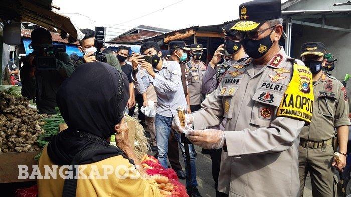Kapolda Kepulauan Bangka Belitung Irjen Pol Anang Syarif Hidayat memberikan masker kepada pedagang yang tidak memakai masker Kamis (4/2/2020)
