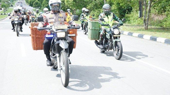 Kapolda, Danrem dan Danlanal Babel Naik Motor Angkut Sembako dengan Keranjang Antarkan ke Warga