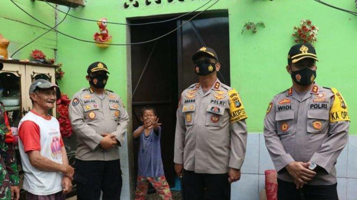 Kapolda Bersama Warga Gotong Royong Perbaiki Rumah Rusak Akibat Puting Beliung