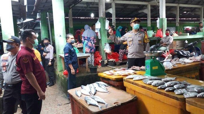 Kapolres Bangka Selatan Tegur Pedagang di Pasar yang Tak Kenakan Masker