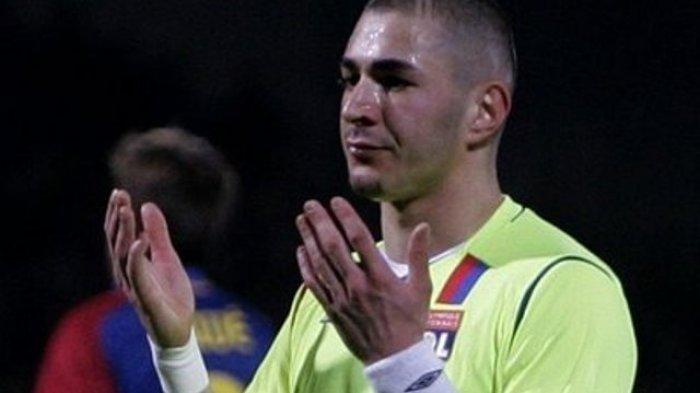 Karim Benzema berdoa