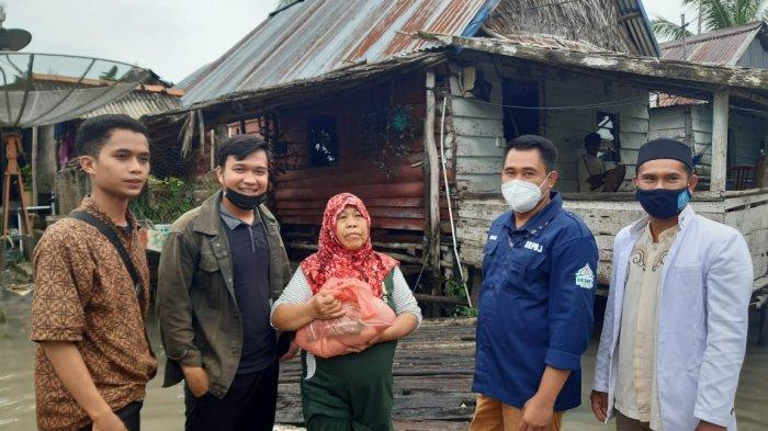 Formasi KIP-K IAIN SAS Bangka Belitung Bagikan Sembako Kepada Korban Banjir