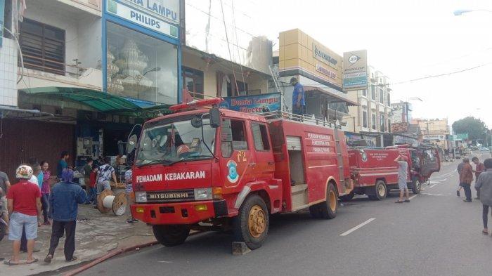 BREAKING NEWS: Toko Dunia Lampu Terbakar, Dua Unit Damkar Pangkalpinang Dikerahkan