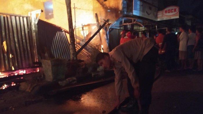 Hanya Bisa Pasrah, Ahau Bersyukur Rukonya Selamat dari Kebakaran di Lorong 3 Pasar Muntok