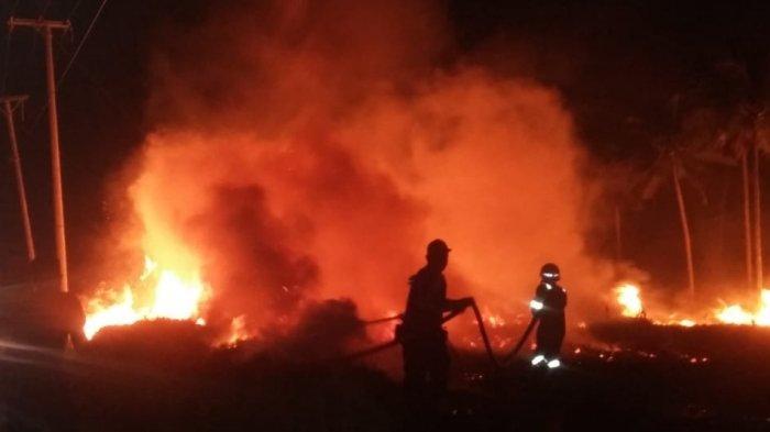 Kebakaran Lahan Terjadi di Jalan Raya Desa Kurau Timur, Api Berasal Dari Sisa Pembakaran Oleh Warga