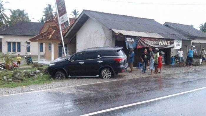 Mobil Oleng Tabrak Motor saat Berhenti di Depan Toko Jalan Raya Kenanga, Dua Pengendara Luka-luka