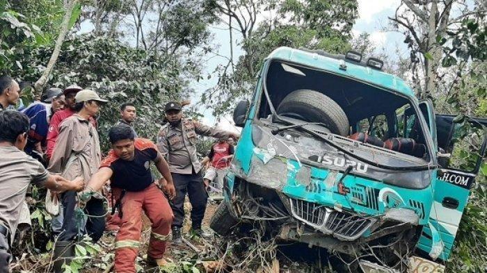Kecelakaan Maut, Bus Masuk Jurang Kebun Kopi, 2 Tewas Terhimpit Bagian Depan Mobil