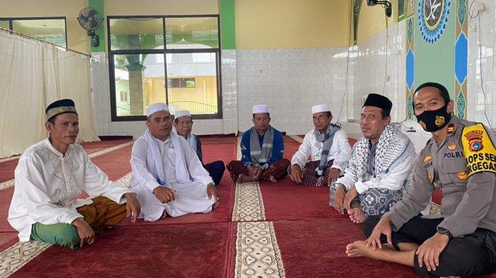 Safari Jum'at, Kapolsek Air Gegas Sholat Jum'at di Masjid Desa Nangka Kecamatan Air Gegas