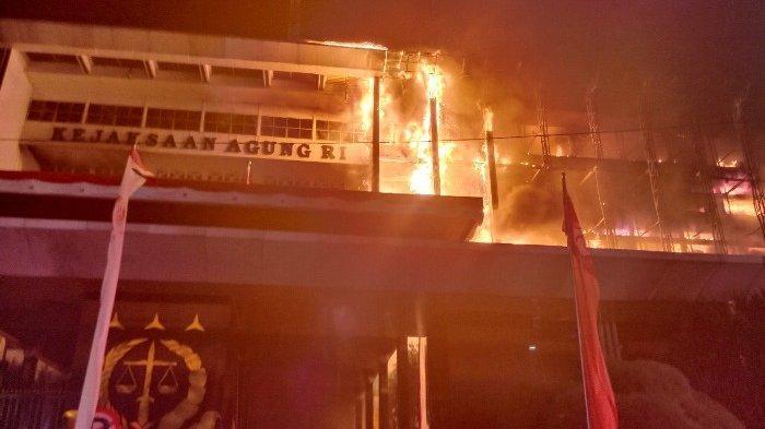 FAKTA SEBENARNYA dan Kronologi Kebakaran 11 Jam di Kejagung, Api Terlihat dari Sini