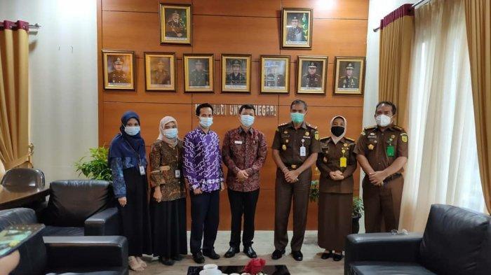 Rombongan Ombudsman RI Kepulauan Bangka Belitung berfoto bersama Kajati dan Asintel Kejati Kepulauan Bangka Belitung