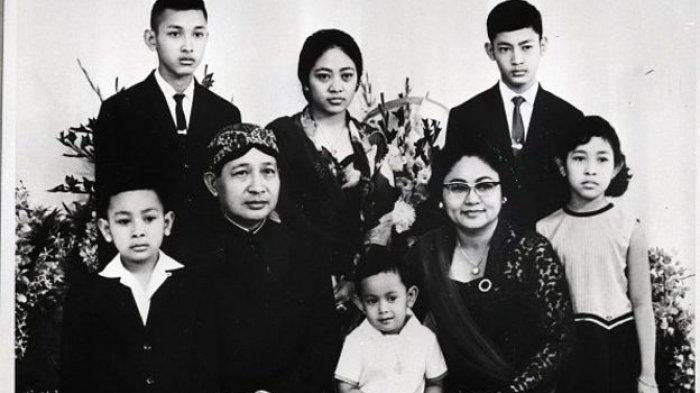Sebelum G30S/PKI Pecah, Ada Sosok Misterius Kirimi Soeharto Patung, Ibu Tien Sampai Diungsikan