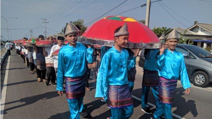 Keramaian Arak-Arakan Nganggung di Perayaan Tahun Baru Islam di Kelurahan Kenanga Sungailiat
