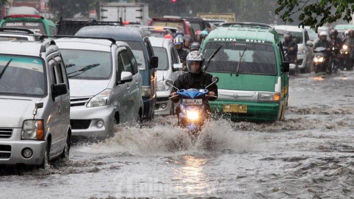 Trainer Yamaha Bagikan Tips Berkendara Motor Saat Hujan