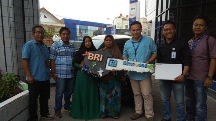 Bank BRI Pangkalpinang Serahkan Mobil Hadiah Undian Simpedes Pada Nasabah Zahara