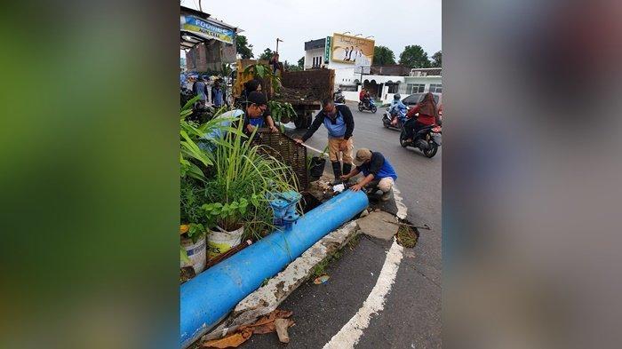 Dinas PUPR kerahkan ekskavator mengatasi sedimen dan mengangkat sampah di saluran Linggarjati, untuk menanggulangi genangan saat hujan deras.