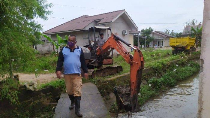 Dinas PUPR Lakukan Normalisasi Sungai, Keruk Sedementasi Suluran Air di Pangkalpinang - keruk3.jpg