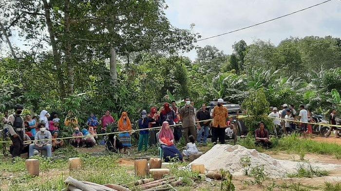 Penasaran dengan Pelaku Pembunuhan Sadis, Warga Sekitar Padati Area Rekonstruksi di Desa Belilik