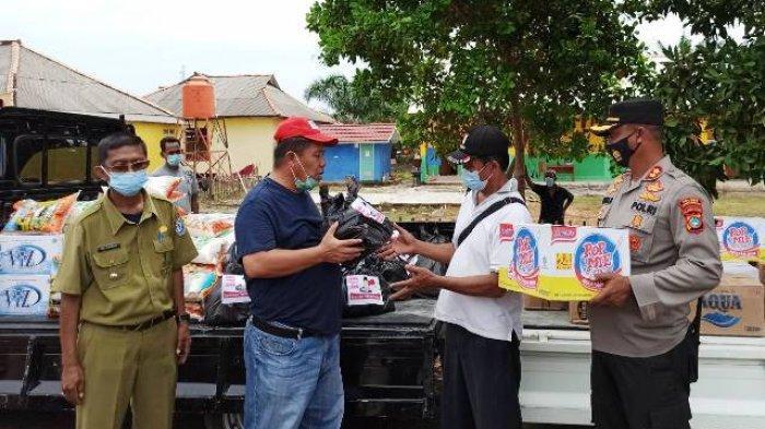Hidayat Arsani Beri Paket Bantuan Bagi Warga Positif Covid-19 yang Dikarantina di Desa Sadai