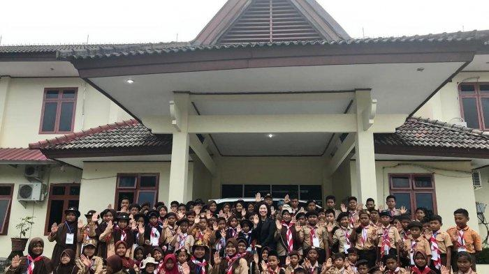 Me Hoa Ajak Anak-Anak Pramuka Masuk Gedung DPRD Bangka Tengah