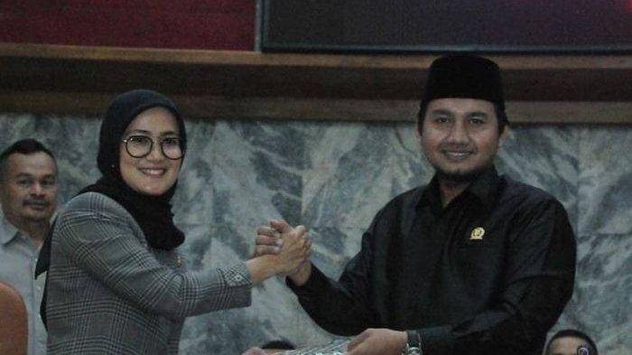 Ketua DPRD Lebak Dindin Nurohmat (kanan) bersama Bupati Lebak Iti Octavia Jayabaya (kiri) saat Rapat Paripurna Reses 1 Tahun 2020.