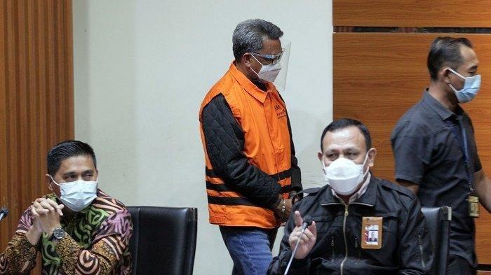 Ketua Komisi Pemberantasan Korupsi (KPK) Firli Bahuri memberikan keterangan pers terkait Operasi Tangkap Tangan (OTT) Gubernur Sulawesi Selatan di Gedung KPK Kuningan, Jakarta Selatan, Minggu (28/2/2021) dini hari. Pada konferensi pers tersebut, KPK menetapkan Gubernur Sulawesi Selatan Nurdin Abdullah sebagai tersangka kasus proyek pembangunan infrastruktur karena diduga menerima gratifikasi atau janji. KPK juga menetapkan tersangka kepada Sekdis PUPR Sulsel ER sebagai penerima dan AS selaku pemberi.