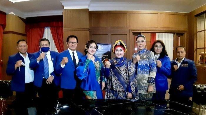 Ketua PARFI Alicia Djohar didampingi sejumlah pengurus disela pelantikan pengurus PARFI di Gedung Tribratha, Jakarta Selatan, Sabtu (21/11/2020). PARFI mulai berdiri sejak Maret 1956 dan sempat vakum.