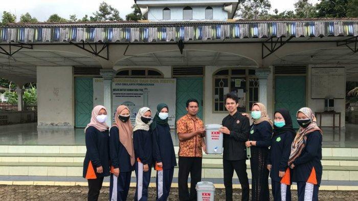 Penyerahan bantuan tempat pencuci tangan oleh Mahasiswa KKN UNMUH Bangka Belitung kepada perwakilan Pemerintah Desa Tuik