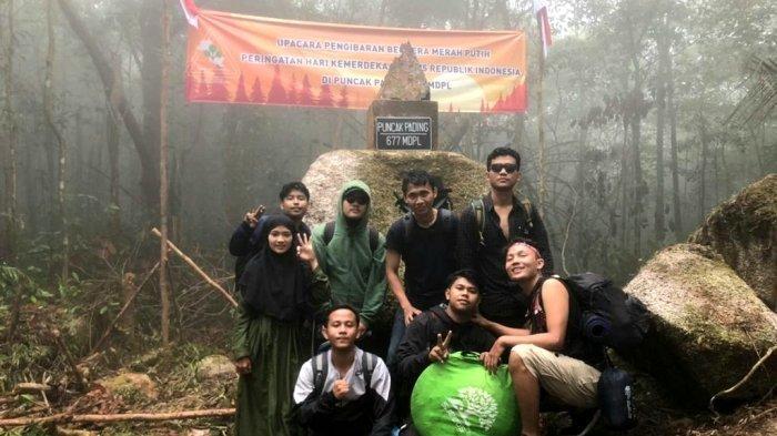 Anggota Kolari menjelajah dan mendaki alam di Pulau Bangka