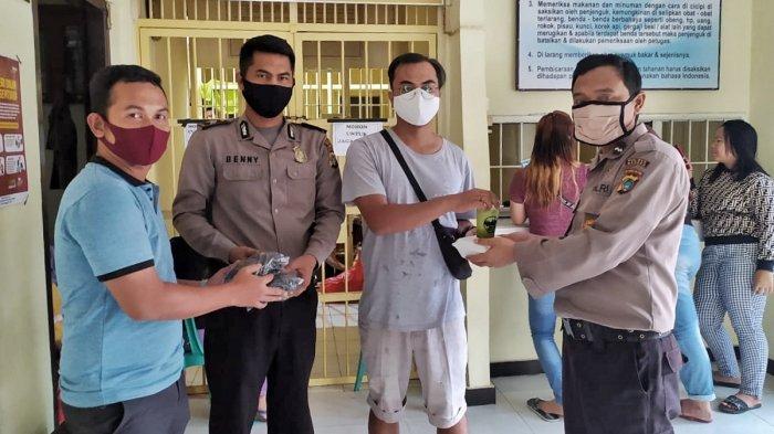Komunitas Sungailiat Liget Bagikan Masker dan Takjil ke Tahanan Polisi