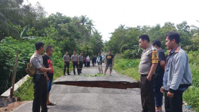 Dilanda Banjir Jalan Parit 1 Kuday Rusak Parah, Warga Minta Segera Diperbaiki