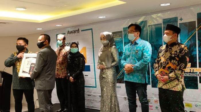 Ketua KONI Bangka Raih Penghargaan dari Indonesia Award Magazine