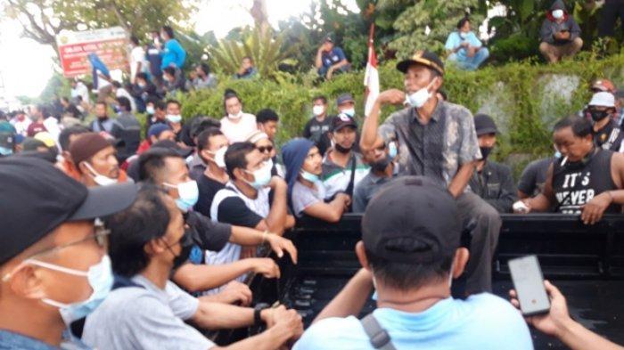 BREAKING NEWS : Demo Sempat Memanas di Depan Kantor PT Timah, Portal Gerbang pun Rusak