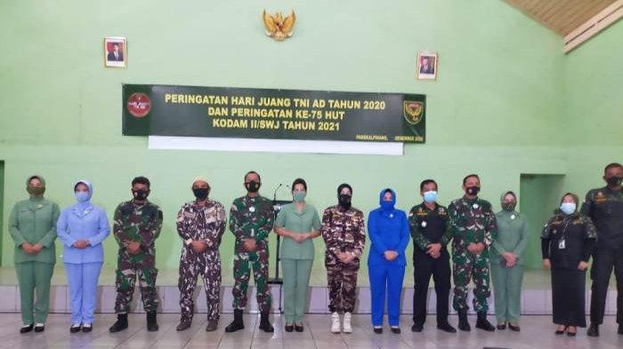 Danrem 045 Gaya Brigjen M Jangkung Widyanto,melakukan foto bersama dengan perwakilan institusi yang hadir pada Kegiatan Donor Darah Hari Juang TNI AD.