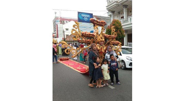 Kostum Udang Saos Pemenang TCOF Tampil di Fashion Carnaval HUT ke-262 Pangkalpinang