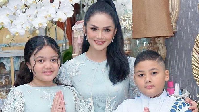 Krisdayanti bersama dua anaknya, Amora dan Kellen Lemos.