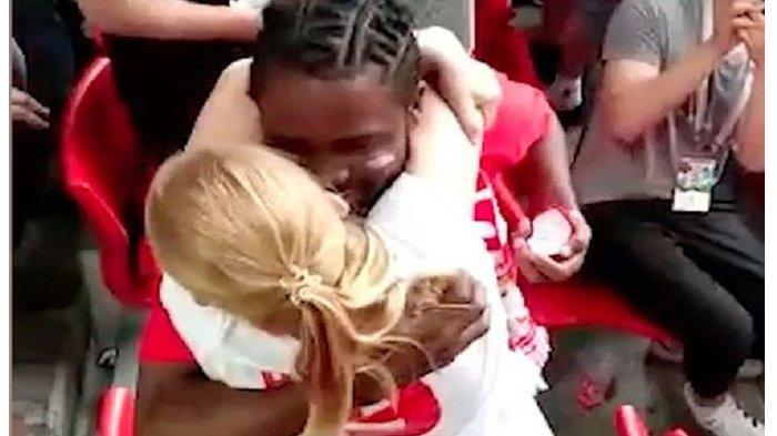 Detik-detik Seorang Pria Lamar Kekasihnya Saat Nonton Piala Dunia di Stadion, Ini yang Terjadi