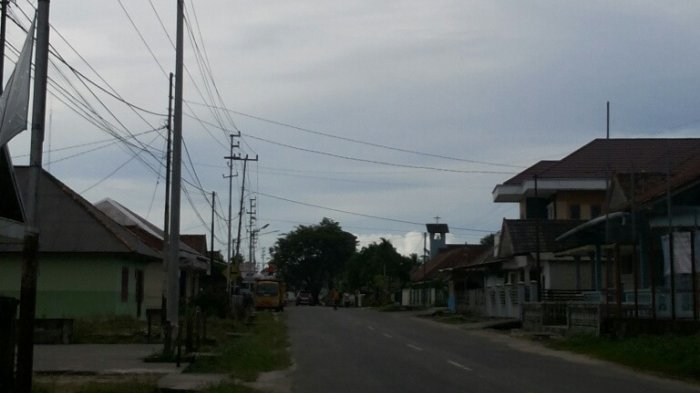 TAK BERFUNGSI -- Diantara lampu penerangan jalan di Jalan Mayor Syafri Rahman Belinyu, koondisinya banyak tak berfungsi karena mati dan rusak.