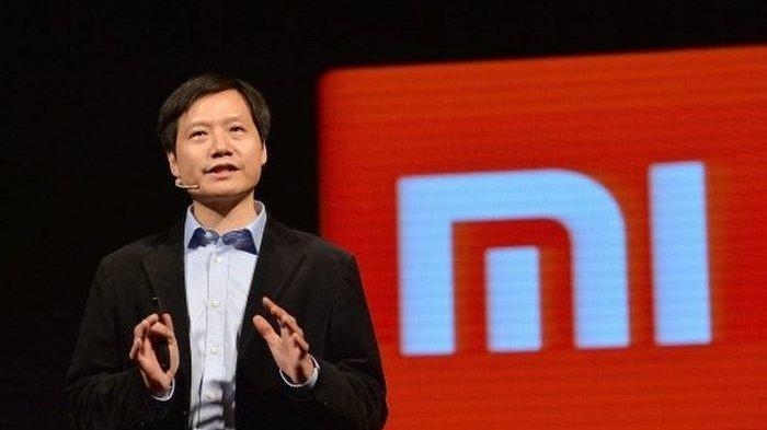 PENDIRI dan CEO Xiaomi Tepergok Pakai Alat Komunikasi Buatan Kompetitor