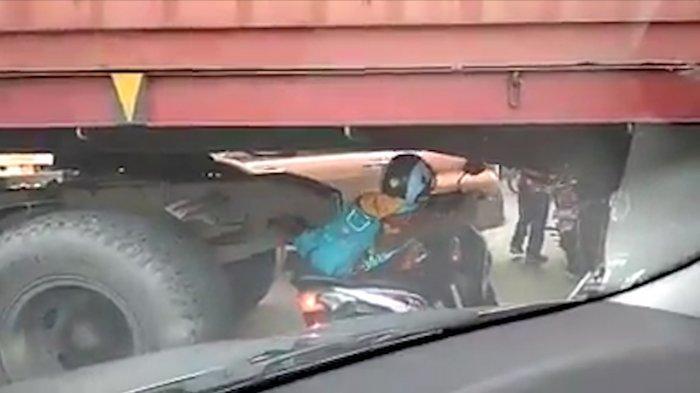 VIDEO: Emak-emak Nekat Lewat Bawah Truk Kontainer Demi Hindari Kemacetan