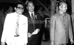 Soedono Salim alias Liem Sioe Liong (tengah) bersama Soeharto (kanan). Keduanya menjalin kerjasama bisnis sejak Soeharto belum berkuasa dan hampir selama Soeharto berkuasa.