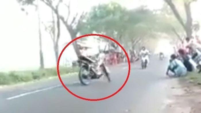 Video Motor Jalan Sendiri Tabrak Pengendara Motor Cewek hingga Kagetkan Banyak Orang