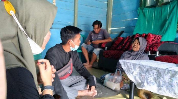 Mahasiswa KKN Unmuh Bangka Belitung Berbagi Sembako di Desa Limbung