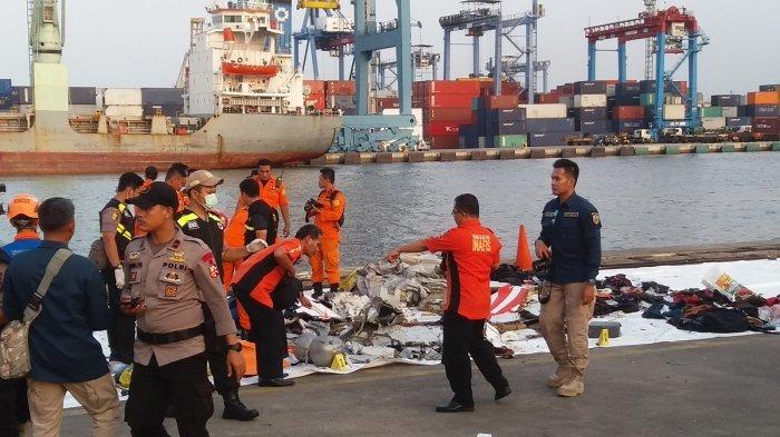 Kapal KN P. 384 milik Kesatauan Pengamanan Laut dan Pulau membawa 2 kantung potongan jenasah korban kecelakaan Pesawat Lion Air JT 610 rute Jakarta-Pangkal Pinang tiba di Pelabuhan JICT Tanjung Priok, Jakarta Utara, Senin (29/10/2018).