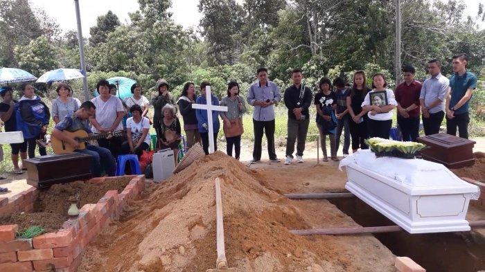 Lion Air Serahkan Tiga Peti Jenazah Kepada Keluarga Korban di Sungailiat