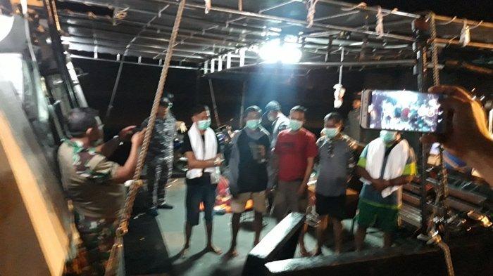 KRI Sembilang 850, mengevakuasi empat ABK dan satu nahkoda KM Rizky Billiton, di Perairan Tanjung Langka, Pulau Bangka. Minggu (6/12/2020)