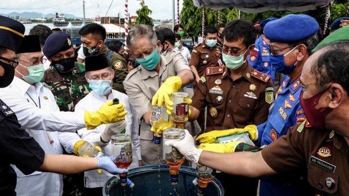 FOTO Polda Bangka Belitung Lakukan Pemusnahan 9.611 Botol Minuman Keras Senilai Mencapai Rp 7 Miliar